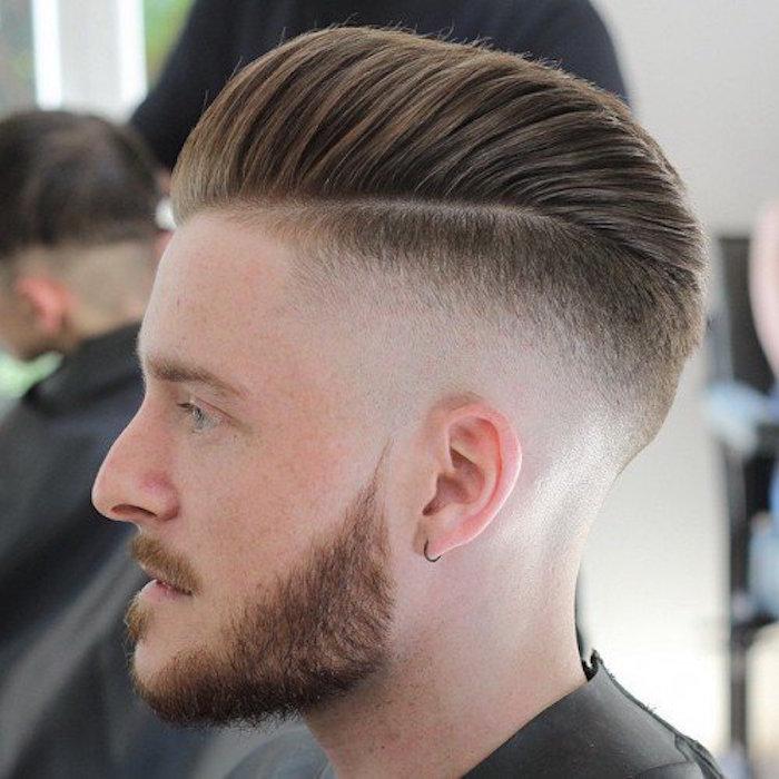 Frisuren mittellang stufig mit Pony, nach hinten gestylt, Männerstyle und Männermode in den Frisuren 2019, dunkelblonde Haare, Haarstyle, Bart