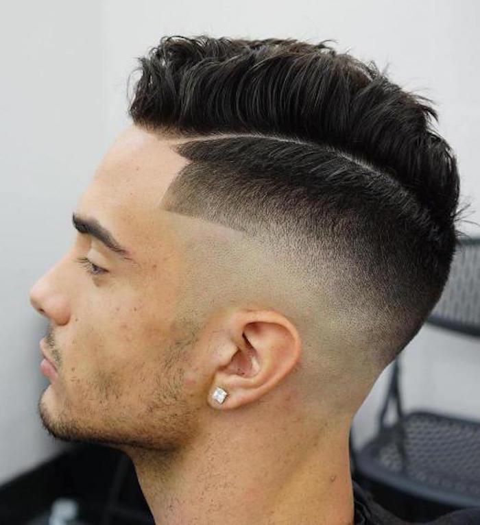 Stufenschnitt mittellang für jeden, Männerstyles Ideen zum Nachmachen, Mann mit schwarzem Haar, ganz kurzer Bartstyle