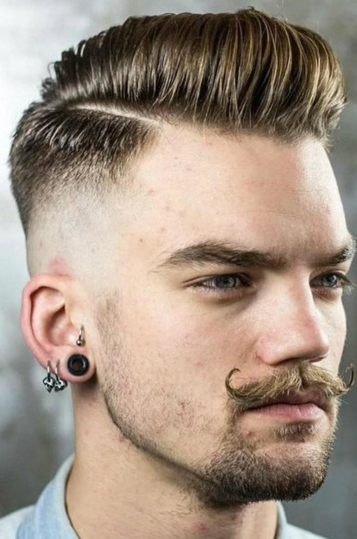 Frisuren mittellang stufig mit Pony, das nach hinten geformt wurde, Mustache, Ohrringe, dunkelblonde Haare, Flesh, Hipster style