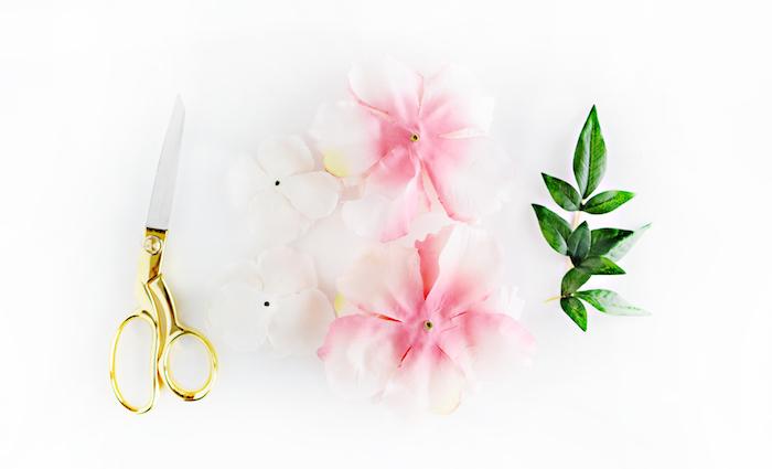Künstliche Blüten und Blätter und Schere, Materialien für DIY Projekt, Holzrahmen selbst dekorieren