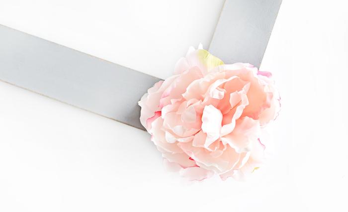 Holzrahmen mit künstlichen Blumen dekorieren, DIY Party Idee zum Nachmachen