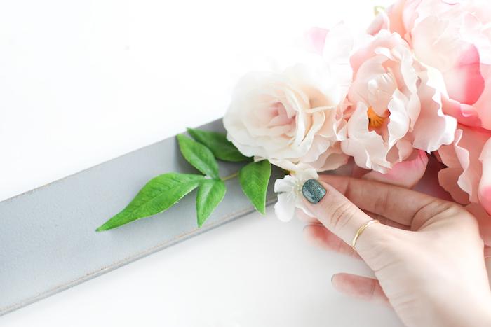 Holzrahmen grau bemalen und mit künstlichen Blumen verzieren, coole DIY Idee zum Nachmachen