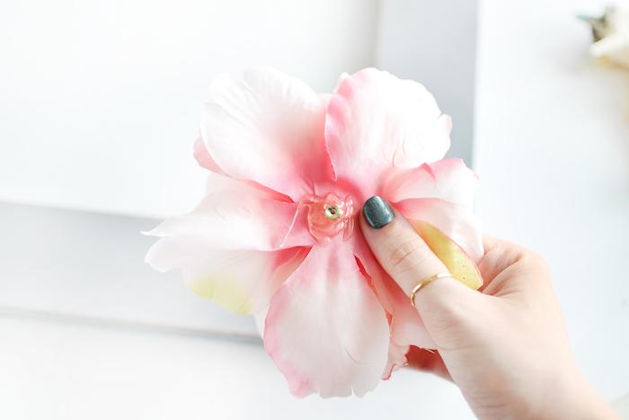 Holzrahmen selber dekorieren, künstliche Blumen mit Sekundenkleber befestigen