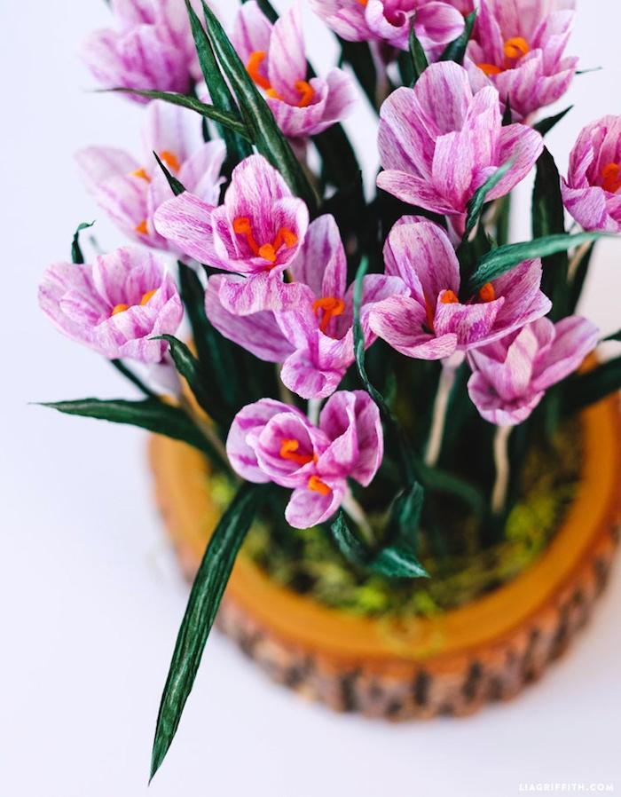 Handgemachte lila Krokusse aus Papier, DIY Deko Ideen für Erwachsene, Blumen basteln