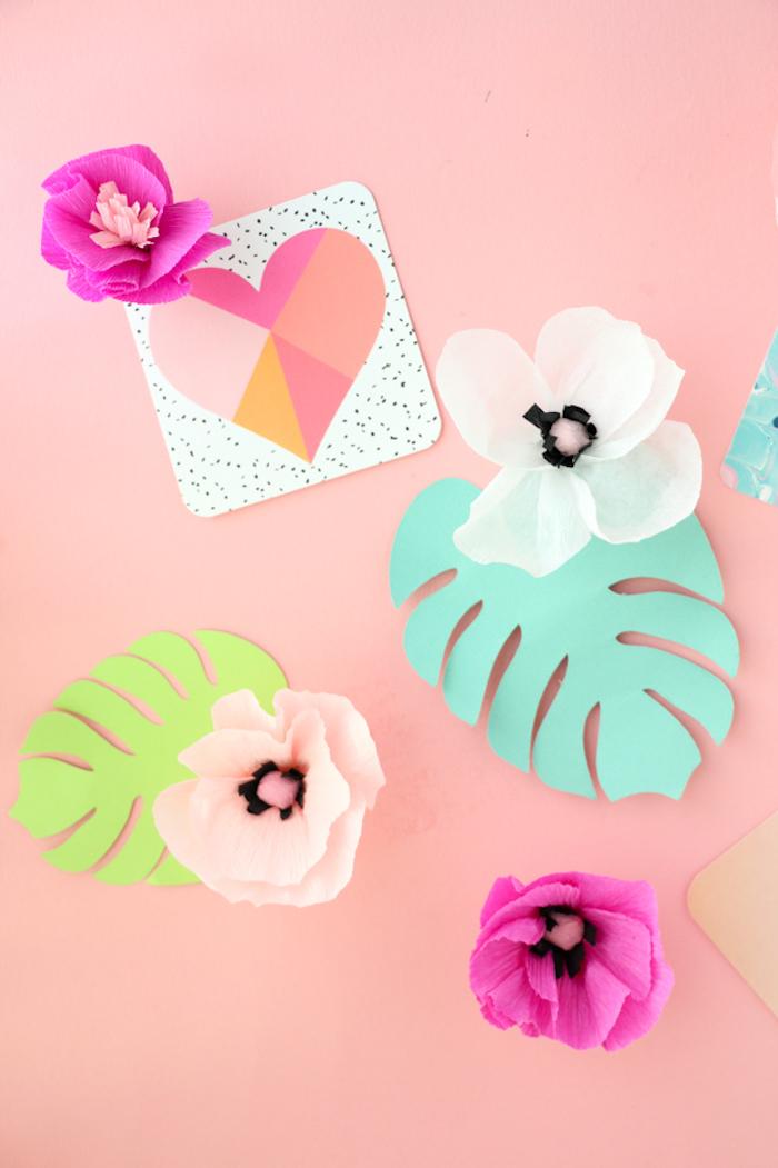 Blumen aus Krepppapier selber machen, Tischdeko aus Papier, Tisch mit Papierblumen dekorieren
