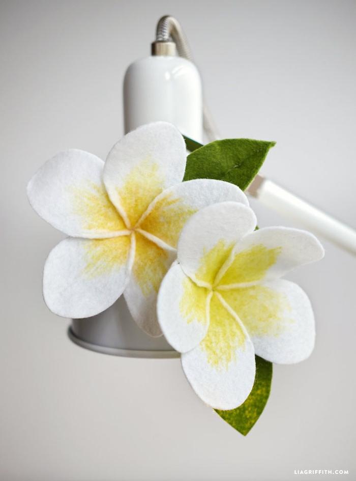Blumen aus Filz selbst herstellen, schöne DIY Deko für Zuhause, Bastelideen für Erwachsene