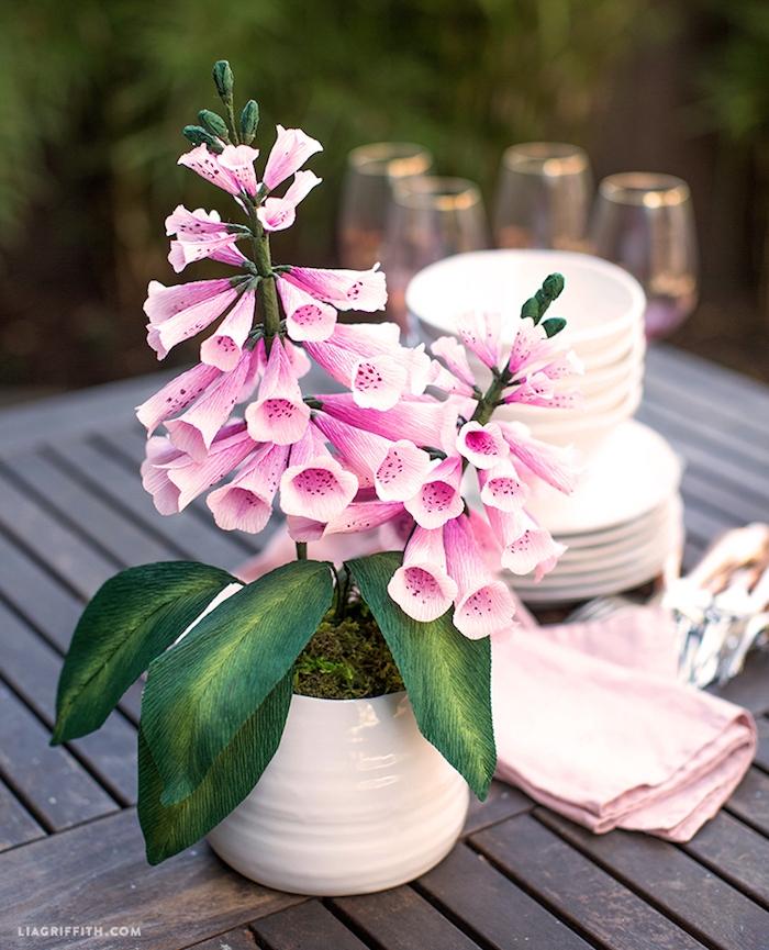 Tischdeko selber machen, Blumen aus Papier in weißer Vase, Ideen für Gartenparty