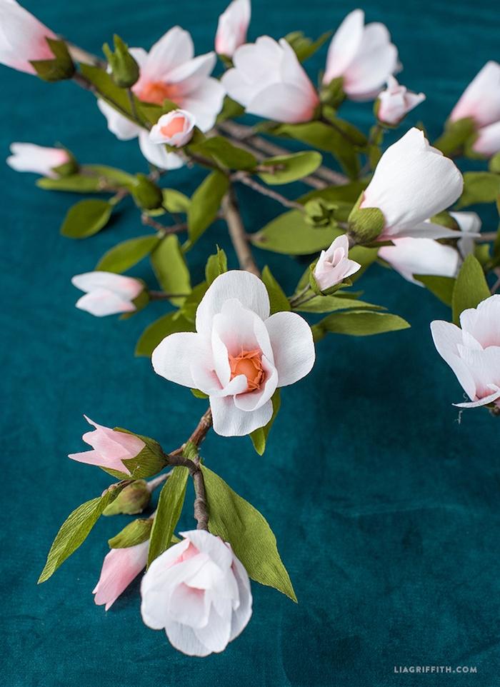 Weiße Azalee aus Papier, schöne Frühlingsdeko für jeden Wohnraum, Bastelideen für Erwachsene