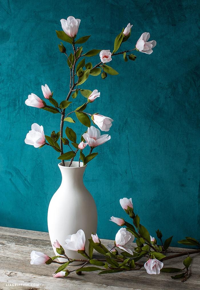 Schöne Azaleen in weißer Vase, weiße Blüten mit rosa Grund, realistische Blumen aus Papier