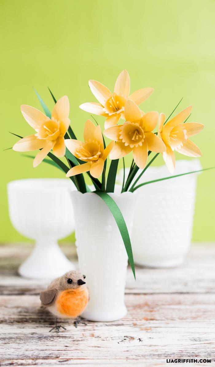 Narzissen aus Papier in weißer Vase, Frühlingsdeko selber basteln, schöne Ideen für Frühlingsstimmung