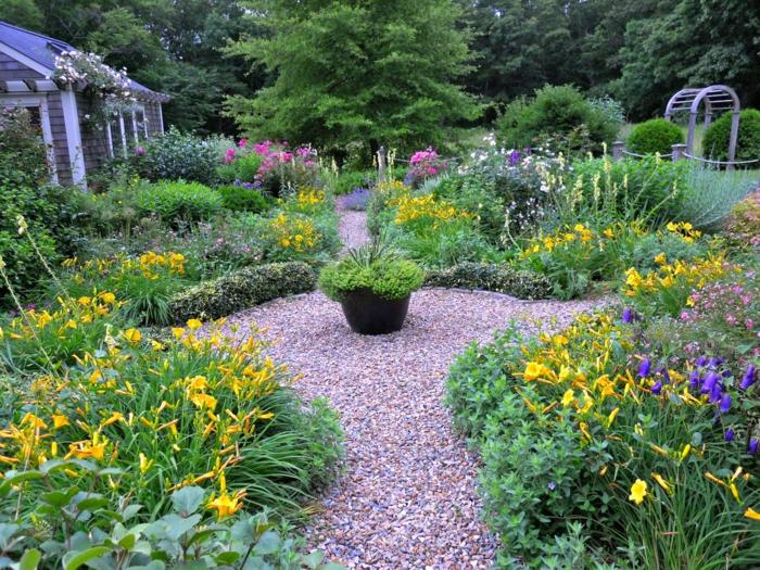 Kies Pfad, gelbe Blumen und rosa Blumen, lila Blumen, Garten Ideen für einen kleinen Garten
