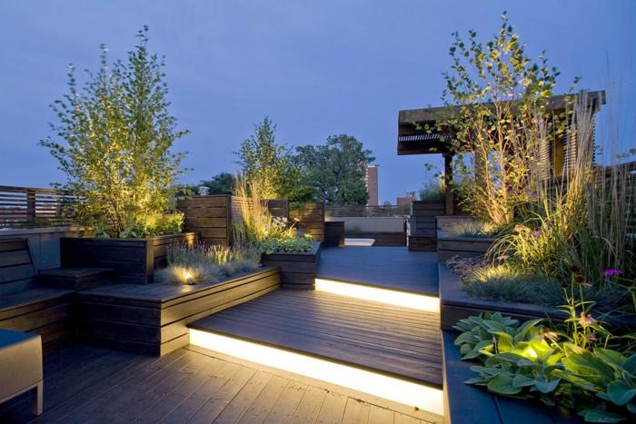 Treppen mit Beleuchtigung, Garten Ideen, lila Blumen, niedrige Bäume, Terrassendiele und Hochbeete