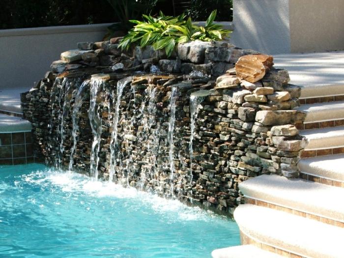 ein Wasserspiel mit kleinen Steinen, ein Teich mit blauem Wasser, Treppen, Garten Ideen