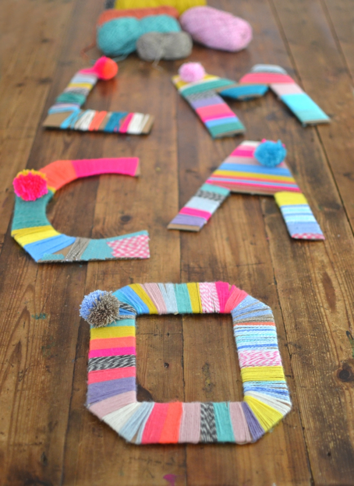 große buchstaben aus pappe dekoriert mit bunem garn, geschenke basteln mit kindern