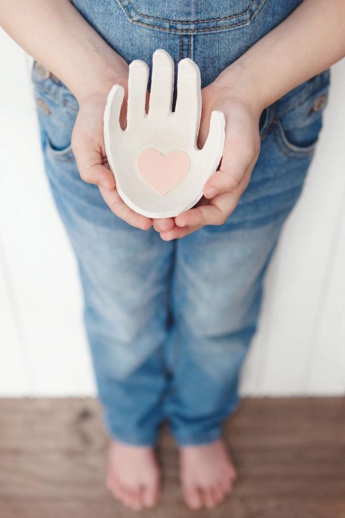 hand aus weißem ton, geschenke basteln mit kindern, schmuckschale, ringschale