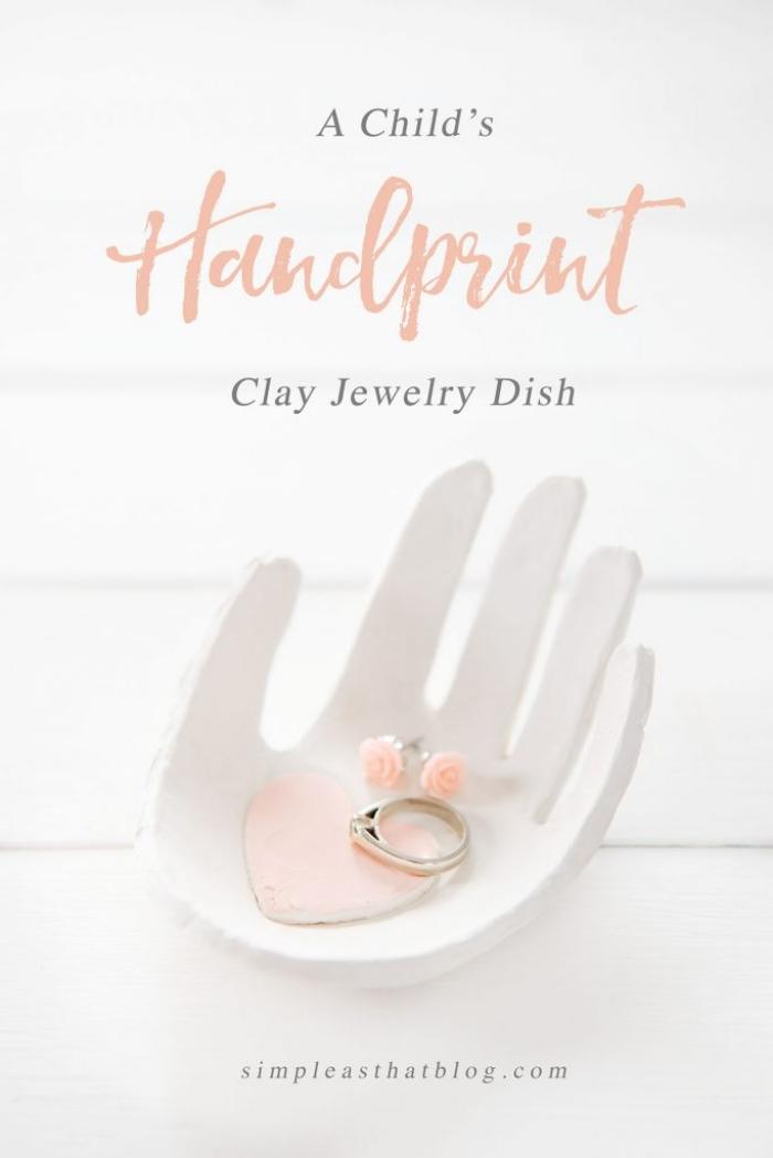 geschenke basteln mit kidnern, ringschale hand, kleiner rosa herz, weißer ton