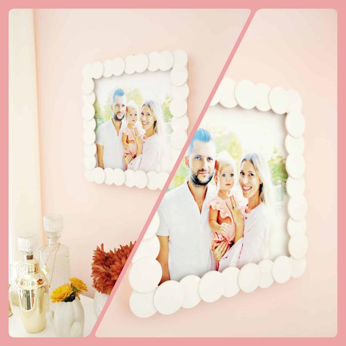 Selbstgemachter Bilderrahmen an der Wand, mit weißen Holzkreisen, glückliches Paar mit Baby auf dem Bild