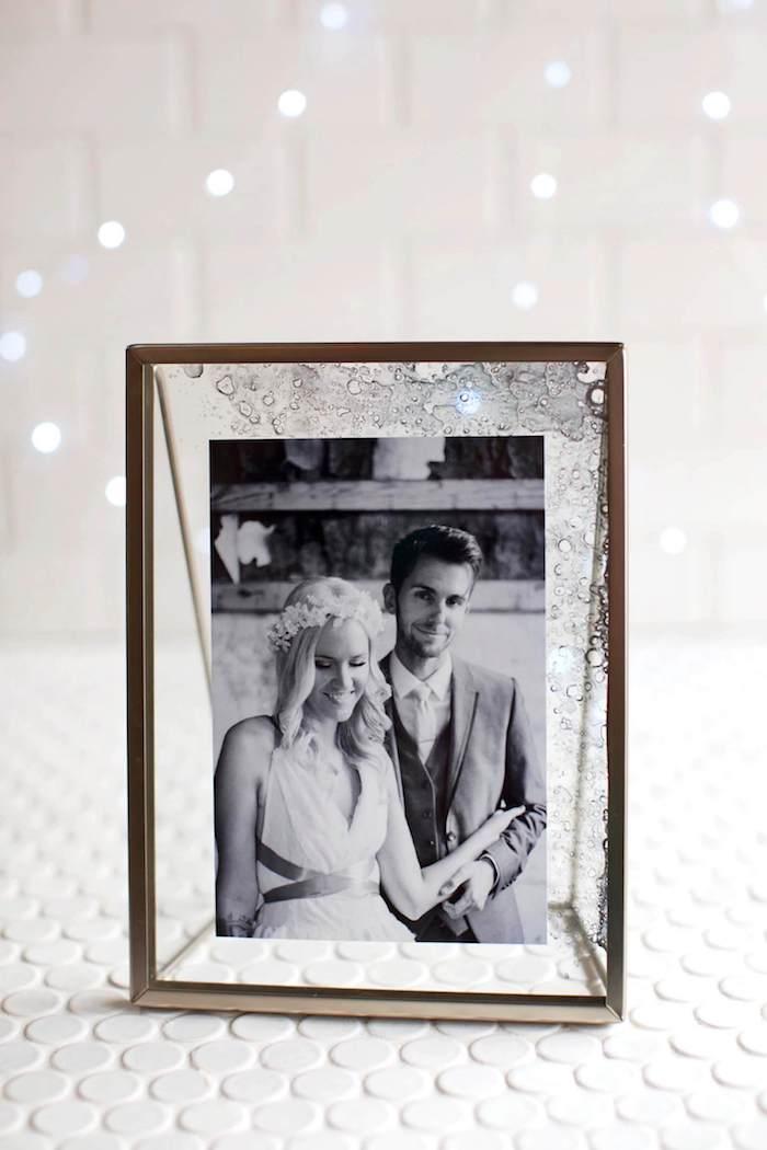 Bilderrahmen selber machen mit coolem Effekt, Hochzeitsfoto darin, schönes DIY Geschenk