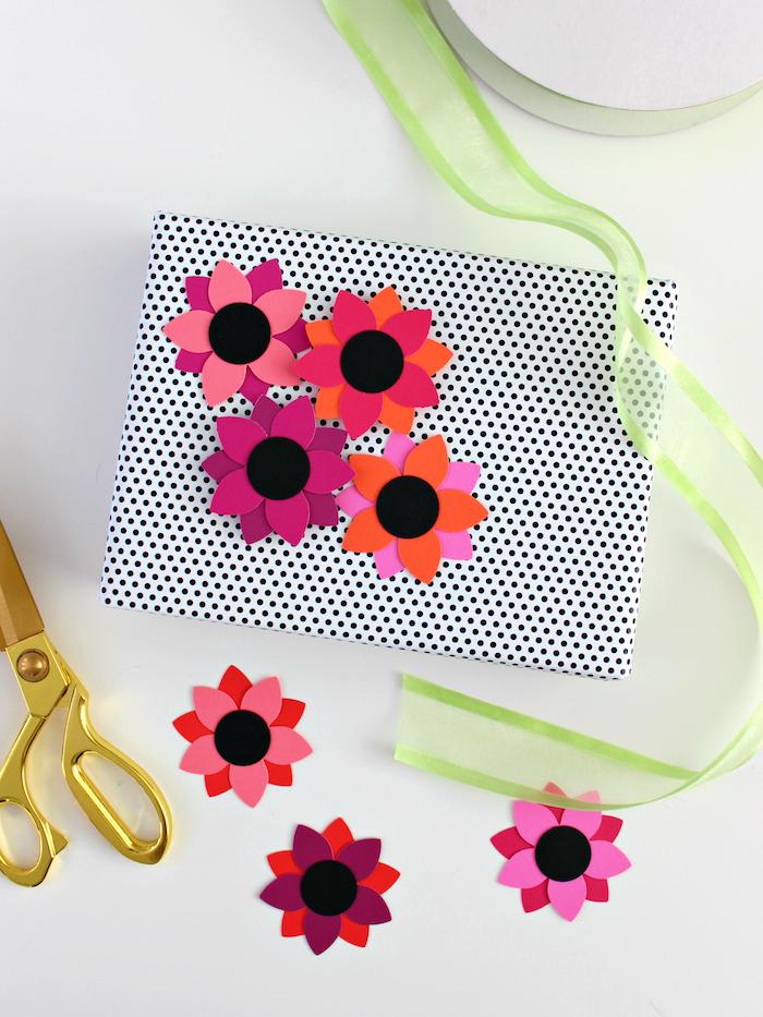 Geschenkverpackung mit Blumen aus Papier und Dekoband verzieren, einfache Idee zum Nachmachen