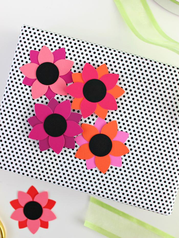 Geschenkverpackung mit kleinen Papierblumen verzieren, kreative Ideen zum Geschenk verpacken