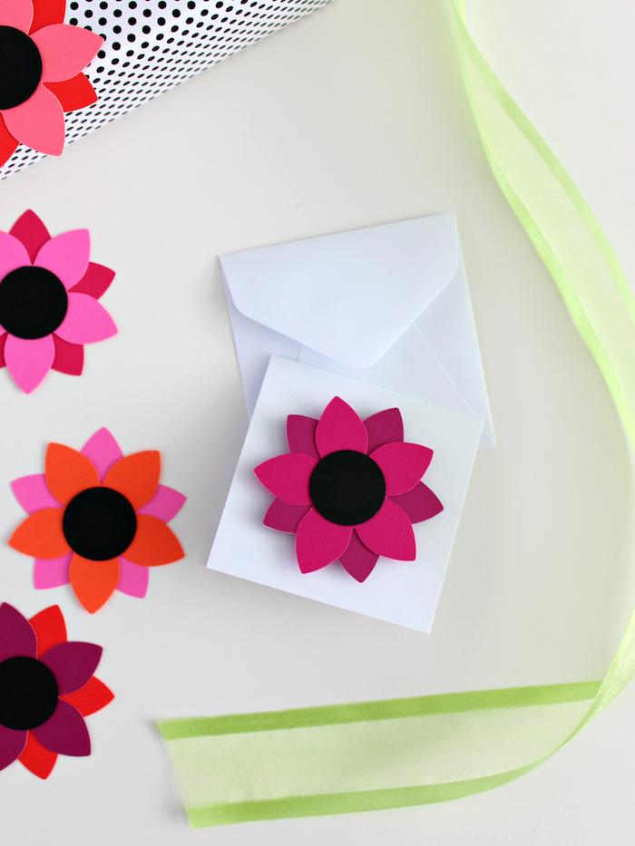 Briefumschlag mit Blumen aus Papier, Grußkarten selber basteln, DIY Ideen zum Nachmachen