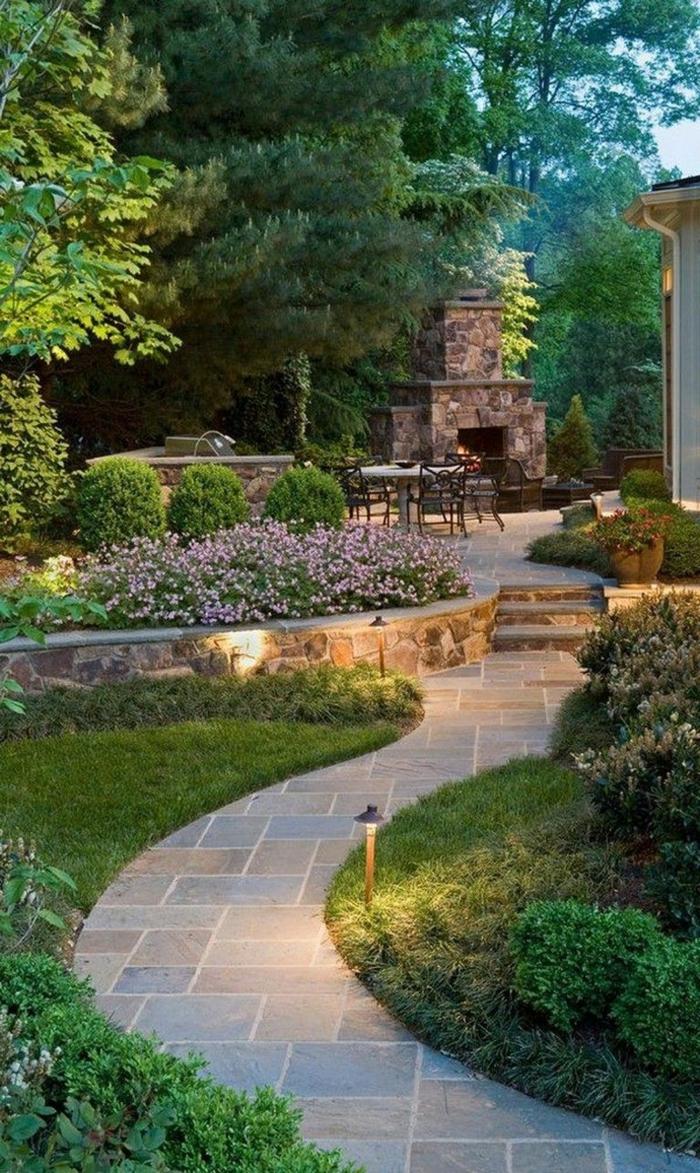 ein Pfad, Kamin, Gartengestaltung Ideen, grünes Gras, Esstisch mit sieben Stühlen, eine Lampe