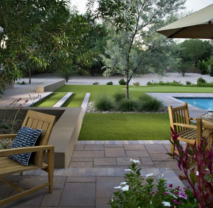 ein Schwimmbad, grüner gepflegter Rasen, ein Baum und Ziersträuche, Gartengestaltung Ideen