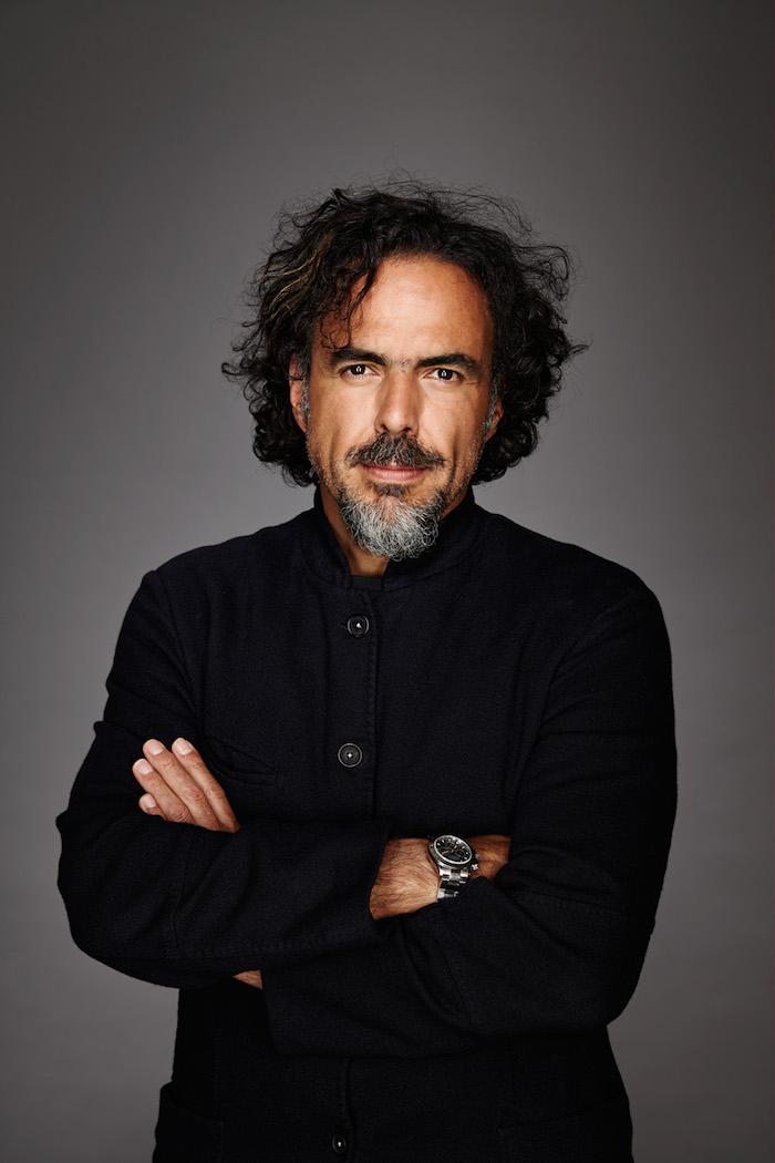 der mexikanische regisseur Alejandro González Iñárritu mit einem schwarzen hemd und einer großen schwarzen armbanduhr