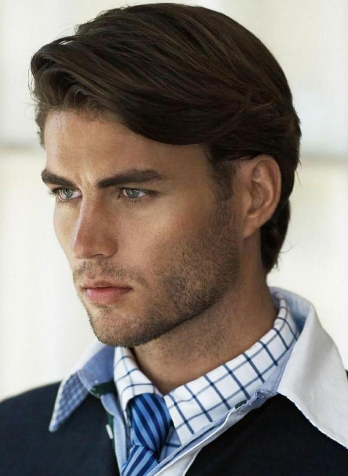 männerfrisuren mit style, elegantes haarschnitt yacht style, hemd mit krawatte und pullover, mann mit blauen augen und dunkle haare und augenbrauen, längeres haar, seitlich stylen