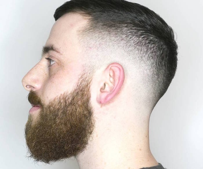 Stufenhaarschnitt Ideen in Kombination mit Bart, Haare und Bart von einem Mann in verschiedenen Farben, Haarstyles