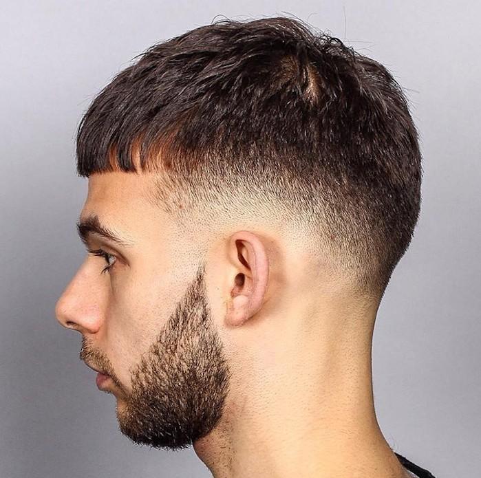 Stufenhaarschnitt modern, gerade kurze Pony Idee, Bart, Stufenschnitt von den Haaren, seitlich unten vor dem Bart gibt es kein Haar mehr