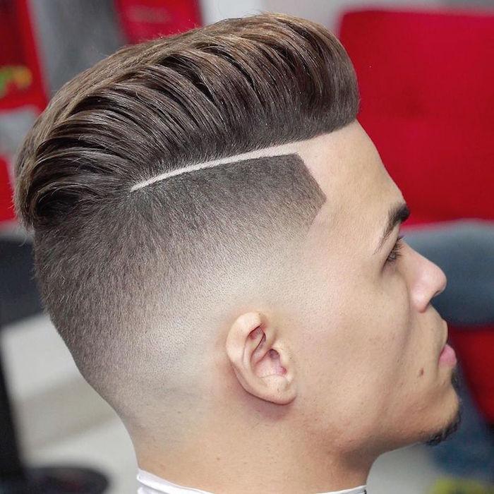 Stufenschnitt mittellang, Haare nach hinten stylen, Foto von einem Mann, deren Haare gleich frisiert worden sind, Bild von hinten seitlich