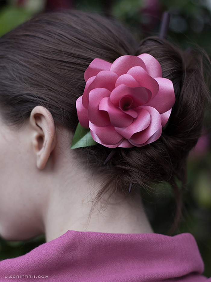 Haarschmuck aus Papier selber machen, Papierrose im Haar, schönes Accessoire für besondere Anlässe