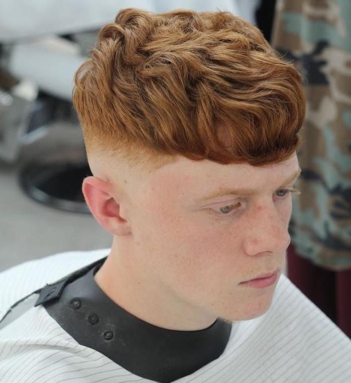 Frisuren Mittellang stufig, rothaariger Mann Frisuridee, helles Gesicht, Kopffarbe sehen seitlich am Kopf unter den Haaren