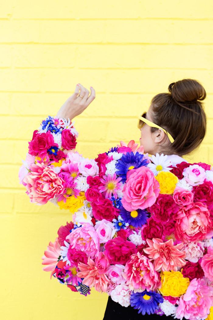 Jacke aus künstlichen Blumen selber machen, originelles DIY Geschenk zu jedem Anlass