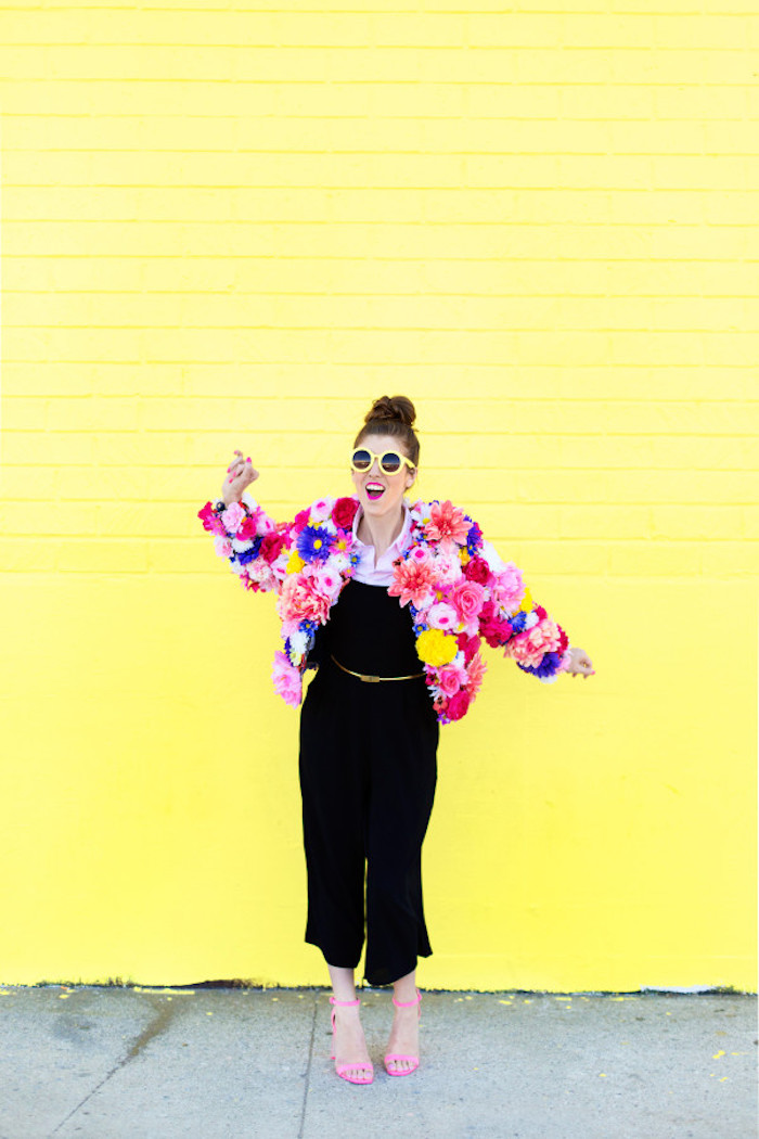 Schwarzer Jumpsuit und Blazer aus Blumen, farbenfrohes Outfit für den Sprühling