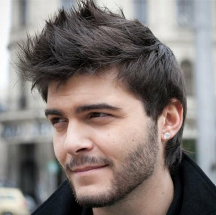frisuren männer, haare nach oben und durcheinander stylen, schwarzes haar, haarfrisuren, ideen