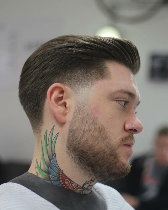 frisuren männer, ein haarstil der zum vogel tattoo passt, tattoo mit farbe am hals, bart
