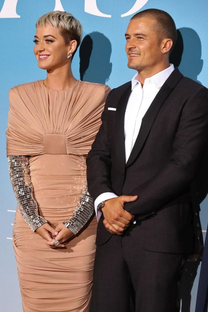das Sternpaar auf dem roten Teppich, ein rosa Kleid und schwarzer Anzug