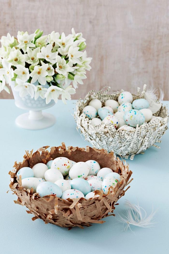 körbchen basteln aus papier, pappmache osterkörbchen, viele eier, vase mit weißen blumen