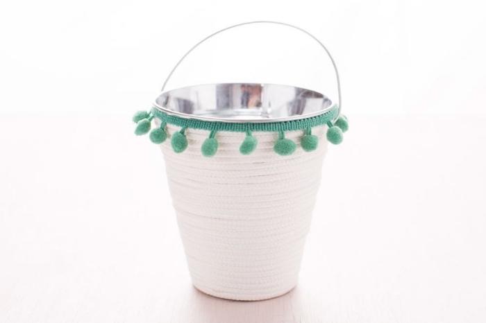 körbchen basteln. eimer aus emtall dekoriert mit weißem seil, diy ideen zum ostern