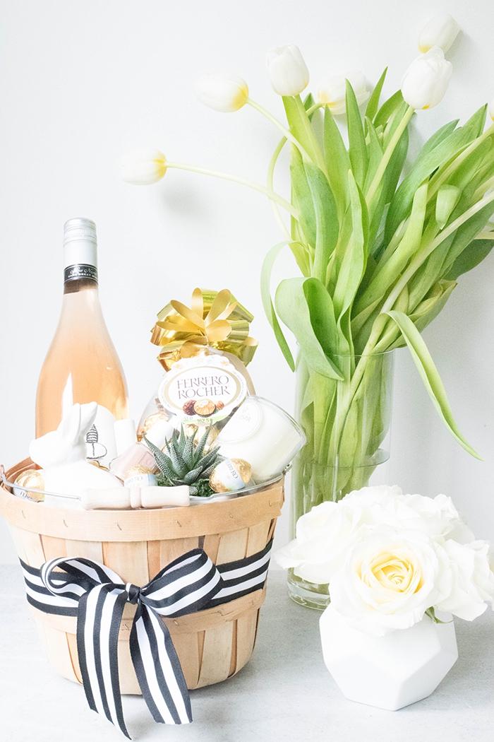 geschenk zum ostern, großer korb gefüllt mit süßigkeiten, körbchen basteln, vase mit weißen rosen