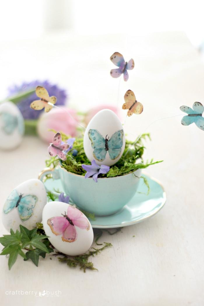 körbchen basteln, hellblaue teetasse, eier dekoriert mit schmetterlingen, tischdeko zum ostern
