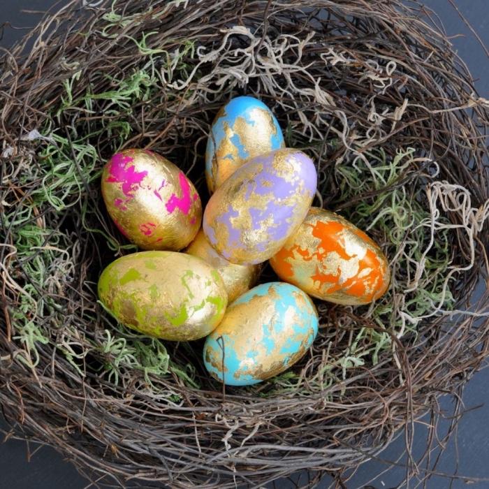 bunte eier dekoriert mit blattgold, körbchen basteln zum ostern, selsbtgemachtes nest