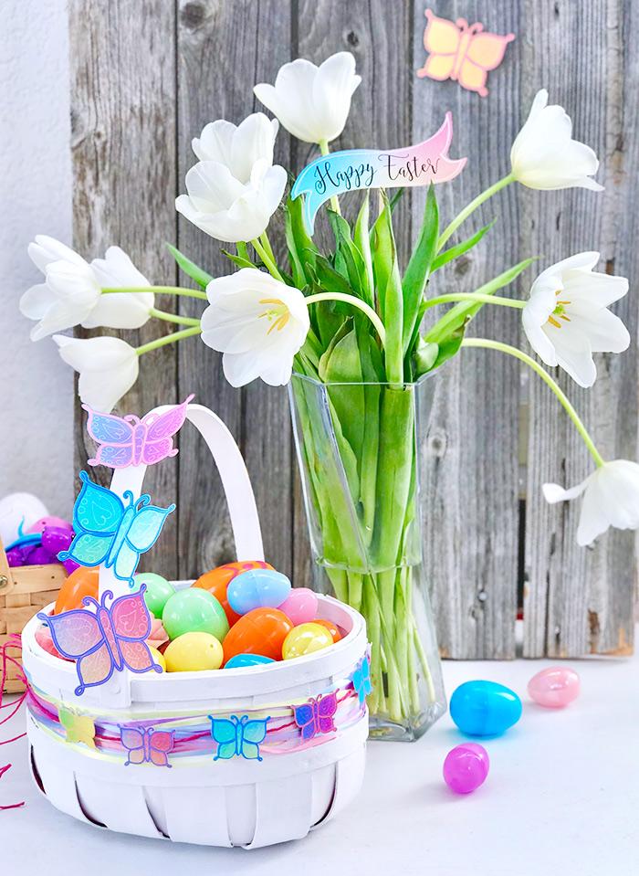 korb basteln, große vase mit weißen tulpen, bunte schmetterligne aus papier