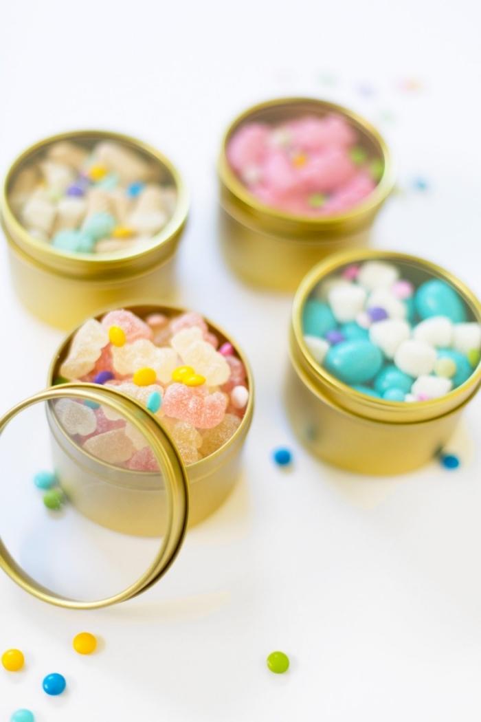 korb basteln, metallene behälter dekoriert mit goldener farbe, bunte bonbons