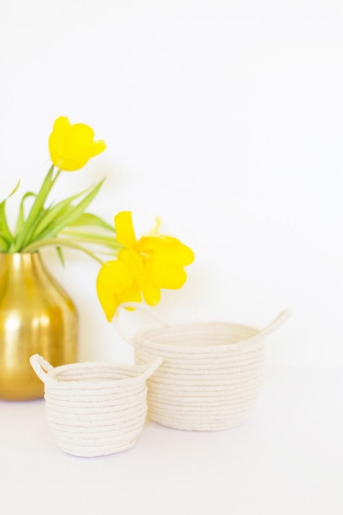 godlene vase, gelbe blumen, zwei körbchen aus seil, korb basteln zu ostern