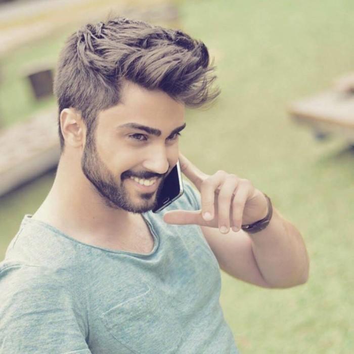 frisuren kurz, ideen für männer, ein model telefoniert und lächelt, coole frisuren für männer mit bart