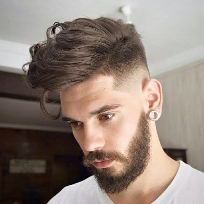frisuren kurz oder lang, männerstyle zum inspirieren, hemd, tshirt weiß, haare seitlich stylen, ohrring mann