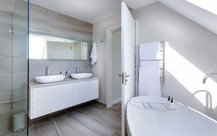 langer badspiegel, kleines bad einrichten, spiegel für bad, waschbecken mit unterschrank